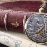 プレゼントに最適な懐中時計風ネックレス